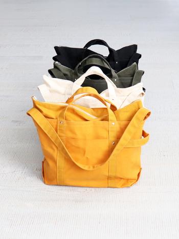 シックな色合いが大人っぽい大き目トートバッグです。外ポケット、上のファスナーなど使いやすく便利な機能が付いています。サイドの持ち手は引っ張ったり、重い荷物を入れた時に活躍してくれる。