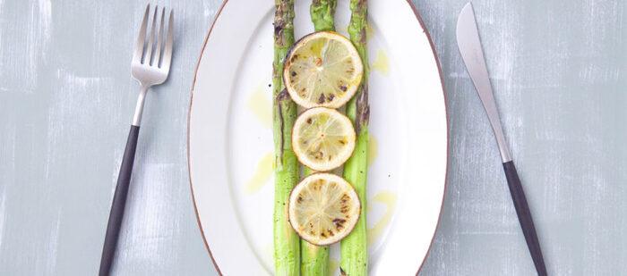 アスパラとレモンを一緒にグリルしたシンプルなレシピ。魚焼きグリルで7分ほど焼き上げたら、オリーブオイルと塩、コショウをかけて完成です。