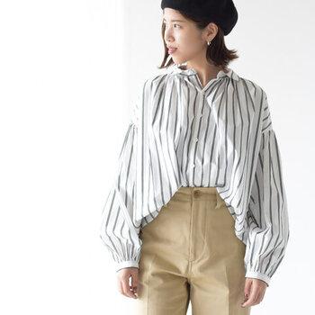 「ストライプシャツ&ブラウス」のオフコーデ。爽やかな大人の着こなし集