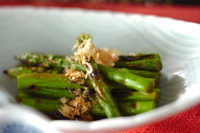 お浸しは茹でた野菜を出汁浸して作りますが、こちらのレシピはグリルしたアスパラを出汁に浸します。アスパラは茹でるよりグリルして甘みを引き出しましょう。