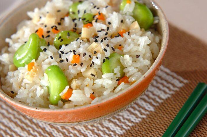 鮮やかな緑色の空豆は、炊き込みご飯にしても映えますね。サッと下茹でした空豆と、たけのこニンジンなどの具材と一緒に炊き上げます。空豆が崩れないようにふんわり混ぜるのがポイント。