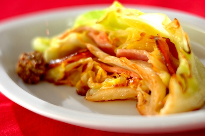 キャベツの葉の間にベーコンを挟み、フライパンで蒸し焼きにした一品。蒸らす時は、水を加えずキャベツの水分のみで甘みを凝縮させます。味付けもベーコンの塩気だけで十分。