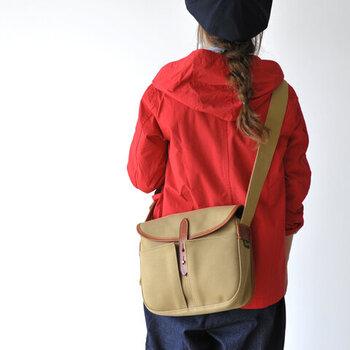 丸みを帯びたデザインで、外にはマチの広いポケットが付いているから見た目以上に容量があります。フラップになっている上部で、荷物もしっかり守られる。
