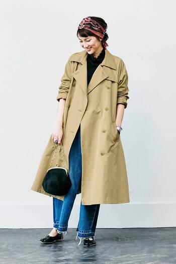 黒トップスに裾ダメージのデニムを合わせて、ちょっぴりクールな雰囲気のコーディネート。ベージュのトレンチコートを羽織って、チェーンバッグとスカーフでレトロな雰囲気をプラスしています。コートのありなしで、ガラリと雰囲気が変わる着こなしですね。