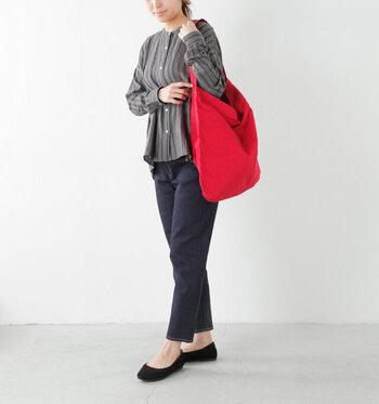 コットンで出来たシンプルなショルダーバッグです。持った時の体に馴染むくったり感が表情豊かです。