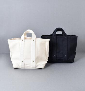 コットン生地で出来た丈夫なトートバッグはスタンダードなデザインでどんなシーンでも使いやすそう。白と黒の2色展開。