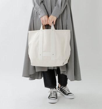 しっかりとしたマチと深さもあるので、書類や上着など入れるものを選ばずざっくり収納できる。同じデザインでミニサイズもあります。