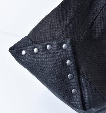 底布が折り返され鋲でしっかりと留められているから、丈夫で長持ちしてくれる。シックな色合いでデザイン性も高くてオシャレ。