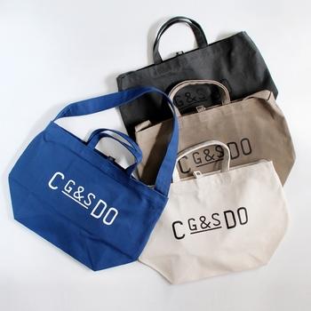 シンプルなロゴがオシャレな雰囲気なトートバッグです。コットン生地で出来ていて、カジュアルで丈夫なつくりです。