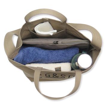 内側は開き止めのフックが付いていたり、ファスナー付きの内ポケットが付いていたりして機能的です。持ち物をスッキリと管理できそうです。