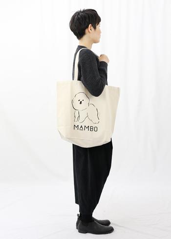 リラックスした犬のイラストが可愛らしいトートバッグです。モノトーンだから、男性が持っても甘くなり過ぎない。