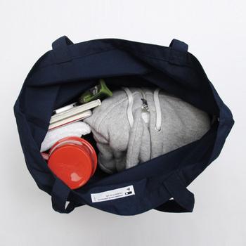 内側はポケットもなく、スッキリとしたデザイン。持ち物を思い通りに詰め込めて、サイズを気にせず荷物を入れられる。