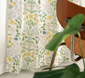 グリーンとイエロー、ブルーに淡いベージュ…春の芽吹きを感じる柔らかな色彩で描き出されたテキスタイルは、「点と線 模様製作所」岡 理恵子さんの手によるもの。