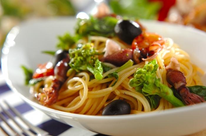 春野菜は、同じく春が旬の食材と合わせて調理したいですね。ホタルイカは3~5月頃が旬。菜の花とホタルイカをパスタでいただくのはいかがでしょう。こちらのレシピはアンチョビとミニトマト、ブラックオリーブを使う本格レシピ。