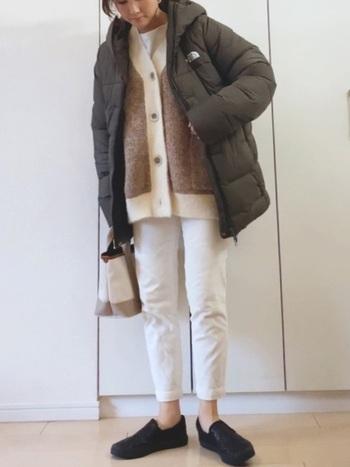 ボリュームのあるダウンジャケットもホワイトデニムを合わせれば軽やかコーデになります。ブラウンのカーディガンをモノトーンの間に挟むと、ナチュラルな着こなしができそうですね。パンツの裾を数センチだけロールアップするだけで、さらにGOODバランス。