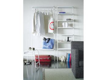 ウォールハンガー(左)はお洋服を掛けておくのに便利な高さです。上下に付いた棚がバックや小物を置いておくのに便利そう。