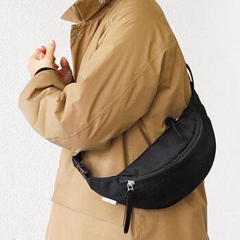 身体にぴったりフィットする小ぶりな「kiruna(キルナ)」のウェストバッグ。アウトドアでの携帯用にも使いやすいし、タウンでも様になるスマートさも魅力。装飾少なく端正なデザインは着こなしに取り入れやすく、大人っぽく見せてくれます。