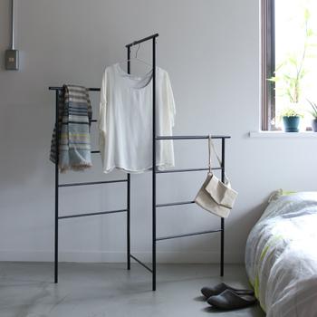 スチール製のラックは折り畳めばペタンこに。立体的に配置すれば、お部屋がアトリエのような空間に早変わりします。