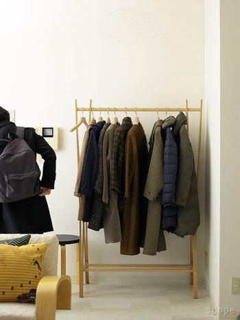 ビーチ材で出来たコートハンガーはイタリア製の組み立て式です。ナチュラルで軽やかなデザインながら、丈夫でたくさんのお洋服を掛けることができます。