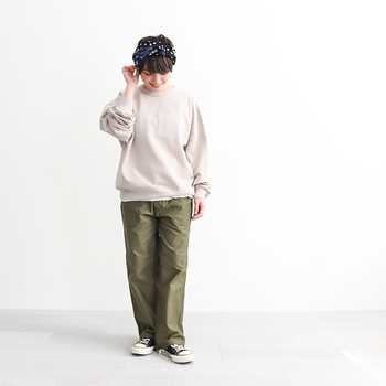 男女ともに心地よく穿けるデニムを追求する国内ブランド「HATSKI(ハツキ)」。まだ新しいブランドですが、デザイン、素材、縫製...あらゆる部分に抜かりなく丁寧で、安心。こちらのバックサテン素材を使用したユーティリティーパンツも程よくゆとりがある絶妙なフィット感がポイント。厚すぎず薄すぎない生地感は、通年快適に着こなせますよ。
