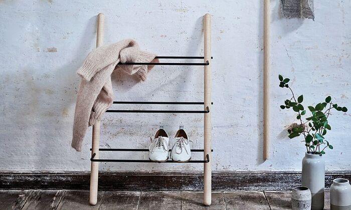 靴を乗せるだけでオシャレで絵になるラックです。玄関に溢れた靴も、これ一つあれば簡単にスッキリを手に入れられそう。ラックの部分はスチール製だから、汚れも気にせず置けますね。