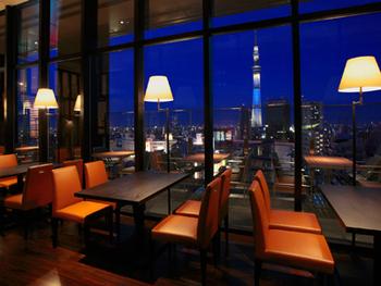 ここからはディナーにおすすめのお店をご紹介!まずは浅草にあるザ・ゲートホテル雷門の13階にある「R レストラン&バー」。夜にはライトアップした東京スカイツリーが間近に見られます。