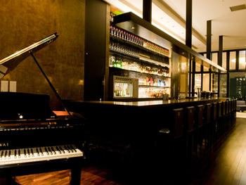 景色だけでなく、週末の夜には生演奏、毎月末日の夜にはジャズライブが開催されているのも魅力です!テーブル席の他にも、テラス席やバーカウンターもあり様々な楽しみ方ができるお店です。