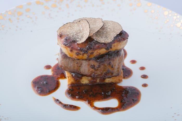 フランス料理をベースに、世界各地から集めた厳選の食材を使った料理がいただけます。夜景とセットで楽しめるとは、なんとも贅沢ですよね♪