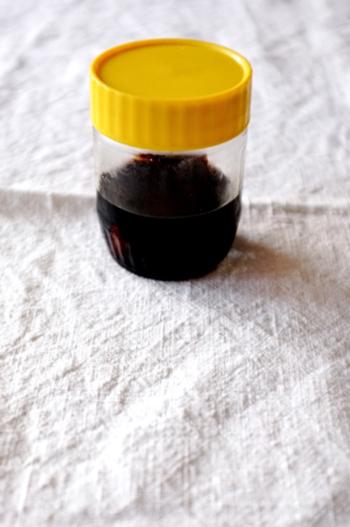 いろんな料理に使えるにんにく醤油は自分で作ることができます。清潔な瓶ににんにくと醤油をかぶるくらい入れて冷蔵庫で漬けておくだけ。中身が少なくなったらつぎ足せます。