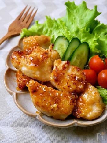 鶏むね肉を使った甘辛ガーリック醤油チキン。しっかりとした味付けなので、男性も喜ぶメニューです。