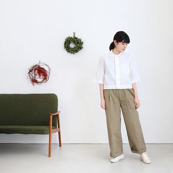 7分袖の白シャツが軽やかです。襟のデザインで印象はガラリと変わりますね。足元もやっぱり白で統一しています。