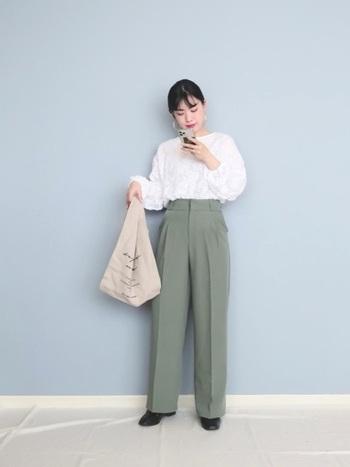 さらりと羽織っても、パンツにインしても白シャツなら素敵に決まります。センタープレスのきちんと感も清潔感を後押ししてくれる。