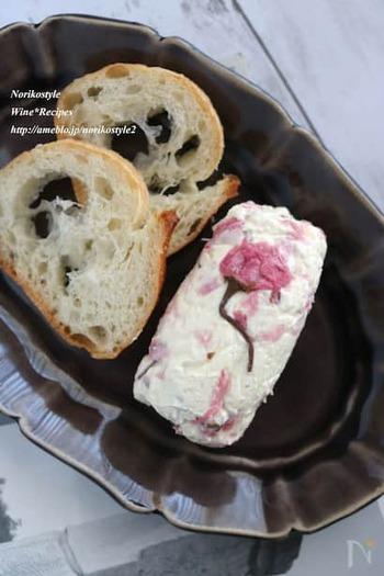 クリームチーズに桜の花の塩漬けを加えるアイデア。簡単で美しい前菜やおつまみになりそうですね。ワインはロゼが合いそう。桜は、塩抜きしています。