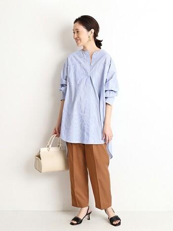 ブルー×ブラウンは大人らしい色の組み合わせです。ゆるりとした抜き襟、オフショルダーのシャツにキリっとしたパンツを合わせて今風に。