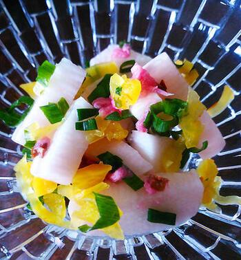 桜の塩漬けのほか、たくわんや長芋、ネギなどを使い、彩りよくまとめた春の小鉢。梅酢で全体をほんのりピンク色に仕上げています。