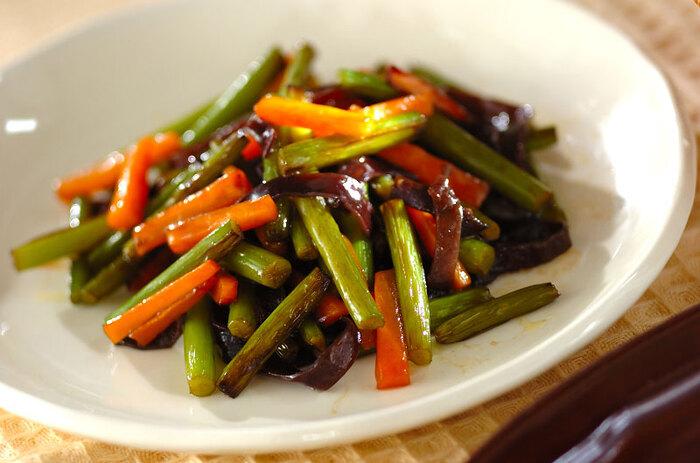 にんにくの芽をオイスターソースで味付けした中華風の炒め物。にんじんときくらげで彩りもきれいです。