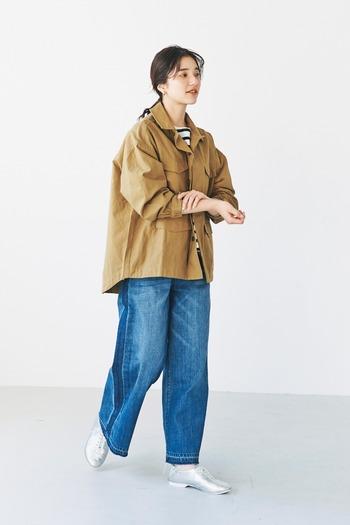 ユーズド加工を施した大人のデニムパンツ。ウエストがゴムになっているのでとても履きやすいです。ですがカジュアルすぎない上品なワイドストレートが魅力。