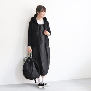 日本製にこだわり、細部まで緻密に計算された服作りに定評がある「CURLY(カーリー)」のジップパーカー。やや肉厚でハリのある素材、フードの立ち上がり方がかっこいい。ブラック×ホワイトでまとめれば、女性らしいワンピースもピリッと引き締まります。