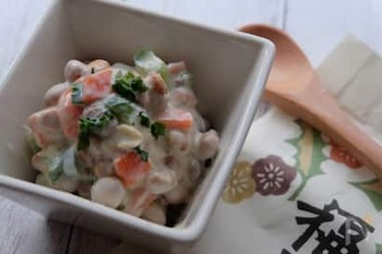 ヨーグルトの水分を福豆・炒り大豆が吸ってふっくらした食感に。ヨーグルトが絡んでいるので、マヨネーズなしでとってもヘルシー。