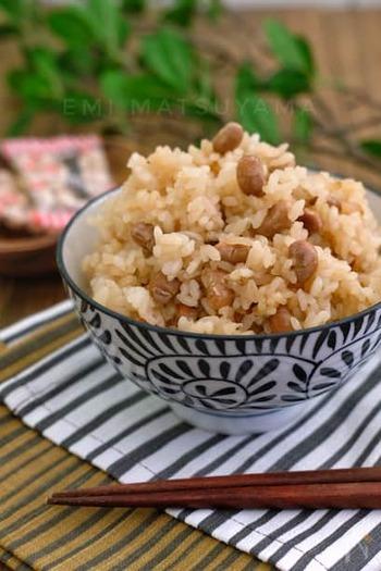 福豆の風味が香ばしい炊き込みご飯。そのままだと固くて食べづらい福豆も、ふっくらおいしくいただけます。