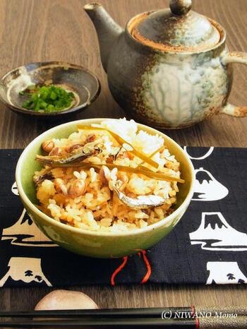 福豆と乾物の煮干しで作る、栄養満点のお手軽炊き込みご飯。具材からいいお出汁が出てうまみがギュッと詰まっています。
