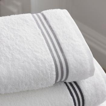 一般的にタオルとは繊維が丸いループ状になっているパイル生地です。タオルが新しいうちはパイルがしっかり立っていて吸水力が高いのですが、時間が経ってパイルがへたってくると吸水性が落ちてしまいます。