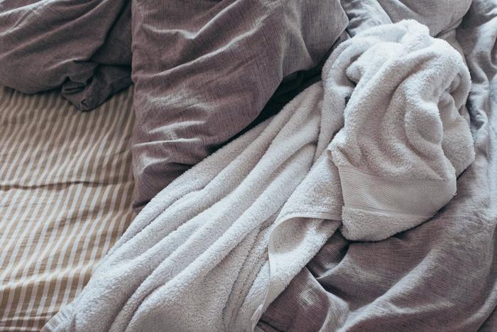 もともとのパイル地はループ糸にクッション性があり、ふわふわとして柔らかいのですが、何度も洗濯をすることによりループが寝てしまったり、干しすぎによって繊維が縮むなどすると、ゴワゴワと硬くなってしまうのです。