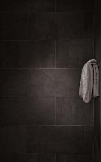 何度も使っているうちに落としきれなかった洗剤や汚れがタオルの繊維の中に入り込んで溜まっていきます。そこに雑菌が繁殖することで、洗っても洗っても不快なにおいが取れなくなってしまいます。