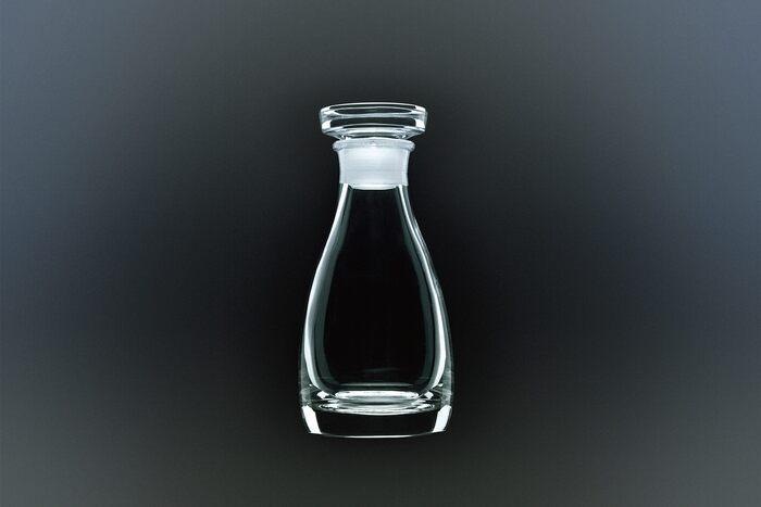 「津軽びいどろ」は、青森の津軽にて1949年に創業した北洋硝子が生み出した伝統的な技術です。元々は無色透明のガラスを吹いていた職人が、ふと思いついて七里長浜の砂を混ぜたところ、美しい緑色に変化したことから始まったとされています。以来、四季を彩る色合いの津軽びいどろが次々と生み出されています。