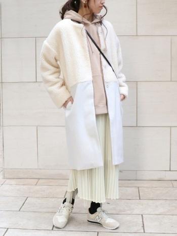 チャンピオンのパーカーにプリーツスカートを合わせたフェミニンコーデ。切り替えデザインなど全体を淡色でまとめることで、暖かさがありながら春を感じれれるスタイリングです。