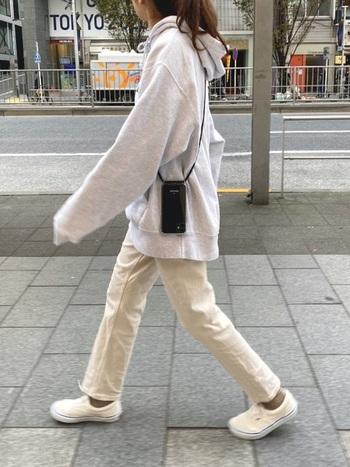 男女問わず人気のチャンピオンのパーカー。オーバーサイズに細身のパンツを合わせて、オフホワイトカラーで全体を爽やかにまとめています。