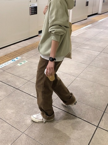 今季トレンドのペールグリーンのパーカーにカーキのパンツを合わせたゆるカジコーデ。袖や裾のロールアップでこなれ感をアップしています。