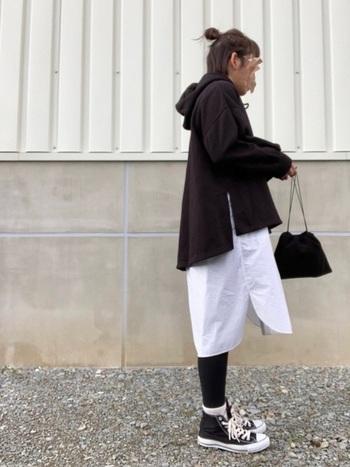 プチプラでお手頃なGUのパーカー。サイドスリット入りなので、こんな風にロングシャツとの重ね着もバランスよく決まります。モノトーンの配色が絶妙なスタイリングです。