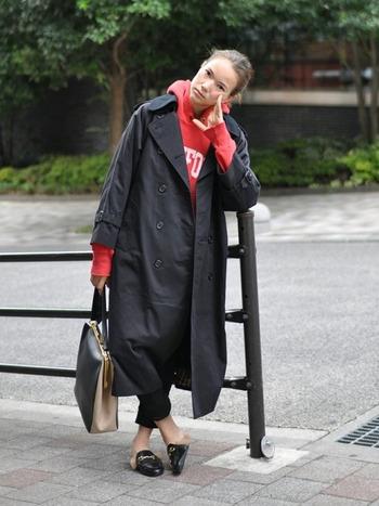 インパクトのある赤パーカー。トレンチコートの襟元や袖口から覗かせることで、カジュアルダウン。ちらっと見えるロゴや小物使いが効いた大人の技ありコーデです。